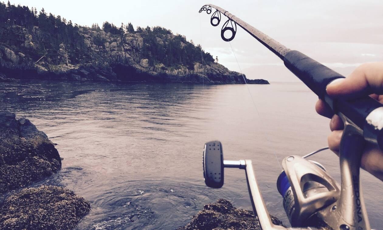 Ψαράς νόμιζε πως έκανε την ψαριά της ζωής του - Τρόμαξε μόλις έβγαλε ένα δίμετρο θηρίο (pics+vid)