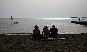 Καιρός: «Έσβησε» τον ήλιο η αφρικανική σκόνη - Πού θα φτάσει το θερμόμετρο την Τετάρτη