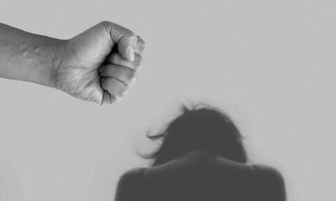 Ηράκλειο: Ξυλοκόπησε τη γυναίκα του μπροστά στα παιδιά τους για λίγα ευρώ