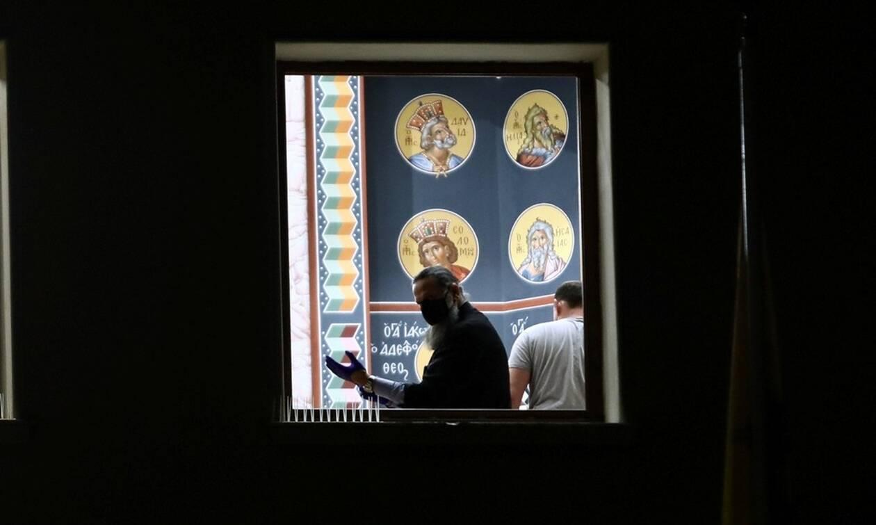 Μονή Πετράκη: «Έτρεχαν έξω με τρύπια ράσα και ρούχα» - Συγκλονίζει δικηγόρος για την επίθεση