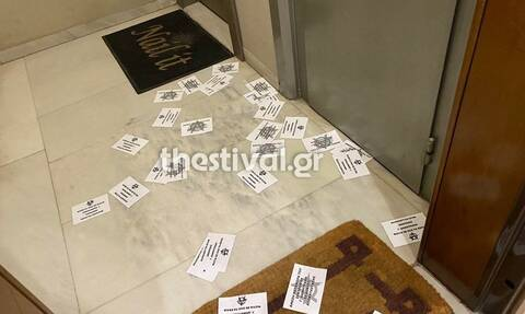 Θεσσαλονίκη: Παρέμβαση με τρικάκια στο γραφείο του βουλευτή της ΝΔ Δημήτρη Κούβελα