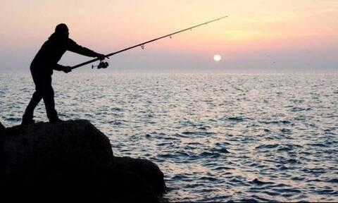 Πήγε για ψάρεμα με πετονιά - Το «τέρας» που έπιασε τον άφησε άναυδο (photos)