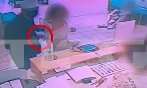 Νέα Φιλαδέλφεια: Ένοπλη ληστεία σε τράπεζα - Απείλησε με όπλο νεαρή για να αποσπάσει χρήματα