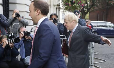 Βρετανία: Πιέσεις στον Μπόρις Τζόνσον για να αποπέμψει τον υπουργό Υγείας Ματ Χάνκοκ