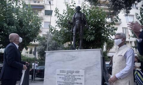 Έγιναν τα αποκαλυπτήρια του ανδριάντα του Μαχάτμα Γκάντι στην Αθήνα