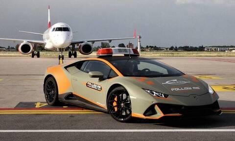 Αυτή η Lamborghini Huracan κυκλοφορεί ελεύθερα στο αεροδρόμιο της Μπολόνια