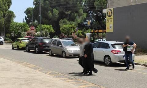 Αγρίνιο: Χαμός στα δικαστήρια - «Κρεμάλα» φώναζαν στον ιερέα που κατηγορείται για βιασμό