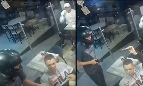 Χαλαρός τύπος συνεχίζει να τρώει φτερούγες ενώ τον κλέβει ένας νεαρός με όπλο (vid)