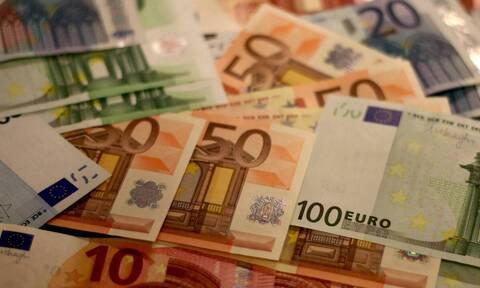 Αυξήθηκαν οι ανέπαφες συναλλαγές με τη χρήση καρτών, αλλά και η ζήτηση για μετρητά