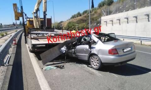 Σοκαριστικό τροχαίο στην Κορίνθου - Πατρών: Ι.Χ. «καρφώθηκε» σε φορτηγό - Ένας σοβαρά τραυματίας