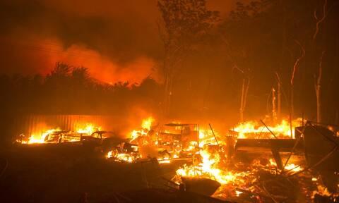 Καλιφόρνια: Μάχη με τις φλόγες δίνουν οι πυροσβέστες για να ελέγξουν τρεις μεγάλες δασικές πυρκαγιές