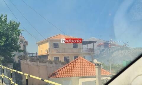 Φωτιά Κεφαλονιά: Απειλούνται σπίτια στο Καπανδρίτι - Τιτάνια μάχη των Πυροσβεστών με τις φλόγες