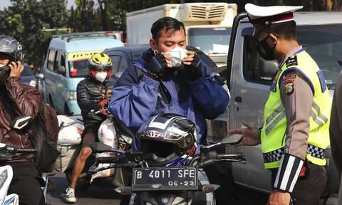Κορονοϊός - Ινδονησία: «Έκρηξη» κρουσμάτων - Ασφυκτιά το σύστημα Υγείας, νέα σκληρά μέτρα