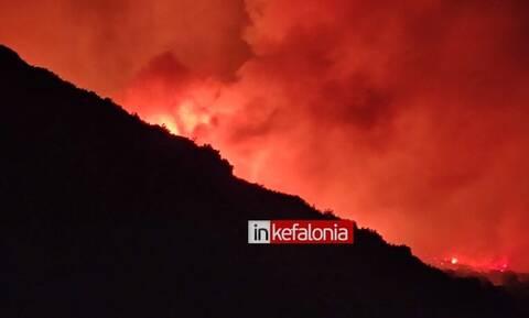Φωτιά στην Κεφαλονιά: Εφιαλτική η κατάσταση - Βραδινές φωτογραφίες από την μεγάλη πυρκαγιά