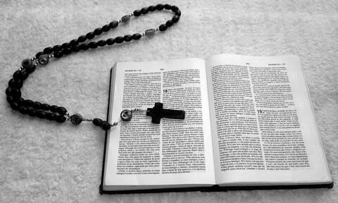 Ιερέας προειδοποιεί: Οι δαίμονες πλέον μπαίνουν μέσα από τα κινητά μας