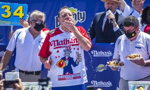 Νέο ρεκόρ: Αμερικανός έφαγε 76 χοτ ντογκ σε 10 λεπτά!