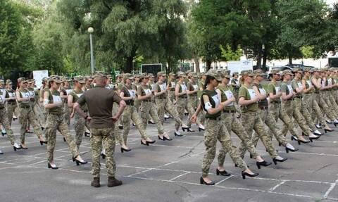 Φωτογραφίες: Συνεχίζονται οι αντιδράσεις για τις στρατιωτίνες που θα παρελάσουν με τακούνια