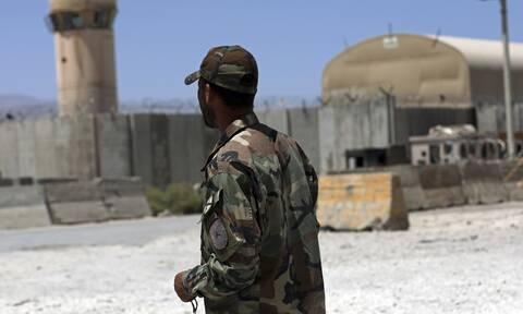 Χίλιοι Αφγανοί στρατιώτες κατέφυγαν στο Τατζικιστάν για να σωθούν μετά από μάχες με τους Ταλιμπάν