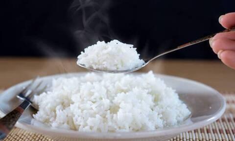 Βόλος: Αναποδογύρισε το τραπέζι επειδή έπεσε ρύζι εκτός πιάτου από τον 3χρονο γιο του