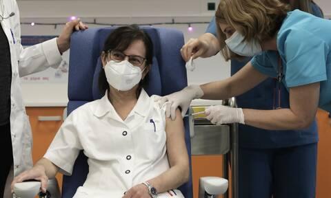 Νοσηλεύτρια κάνει το εμβόλιο