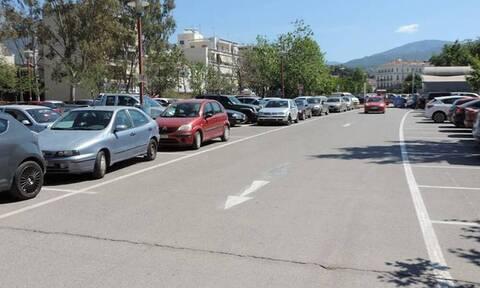 Δεν υπάρχει αυτό το παρκάρισμα - Άφησε το αμάξι στη μέση του δρόμου και έφυγε