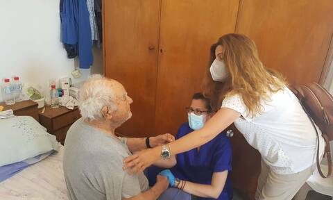 Κατ' οίκον εμβολιασμός: Ένας 93χρονος από το Ηράκλειο ο πρώτος που έκανε εμβόλιο σπίτι του