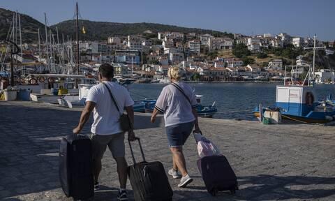 Daily Mail: Στις 19 Ioυλίου ανοίγουν τα ταξίδια στην Ελλάδα για τους πλήρως εμβολιασμένους Βρετανούς