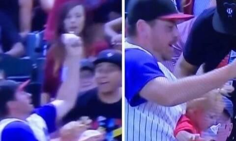 Πατέρας άφησε το μωρό και όχι την μπύρα για να πιάσει το μπαλάκι του μπέιζμπολ (vid)
