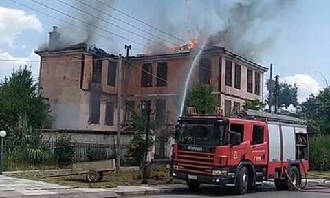 Φωτιά ΤΩΡΑ σε διατηρητέο κτίριο στον Λαγκαδά Θεσσαλονίκης