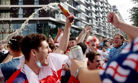 Euro 2020: Η Αγγλία ζει και αναπνέει για τον ημιτελικό! - Ντελίριο έξω από το Wembley (videos+pics)