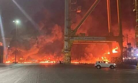 Ντουμπάι: Υπό έλεγχο η φωτιά που ξέσπασε έπειτα από έκρηξη σε πλοίο στο λιμάνι Τζεμπέλ Αλί
