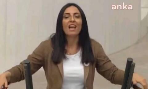Τουρκία: Βουλευτής της αντιπολίτευσης τραγούδησε στη Βουλή για να διαμαρτυρηθεί κατά του Ερντογάν