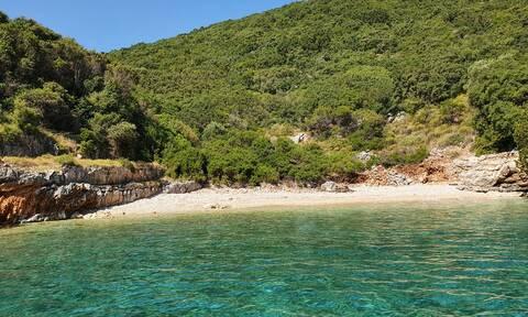 Ρεπορτάζ Newsbomb.gr - Ιθάκη: «Αναγεννήθηκε» μια παραλία που «έπνιγαν» 74 τόνοι σκουπιδιών
