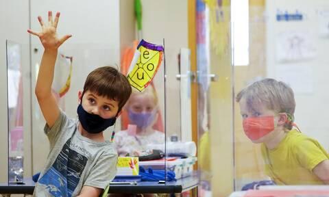 ΗΠΑ: Οι εμβολιασμένοι μαθητές και εκπαιδευτικοί μπορούν να «πετάξουν» τη μάσκα στο σχολείο