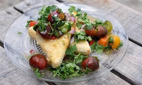 Τυρί σαγανάκι με σάλτσα από ντοματίνια από τον Άκη Πετρετζίκη