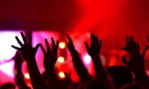Κορονοϊός: Νέο κορονοπάρτι στην παραλιακή με εικόνες συγχρωτισμού και τους θαμώνες όρθιους