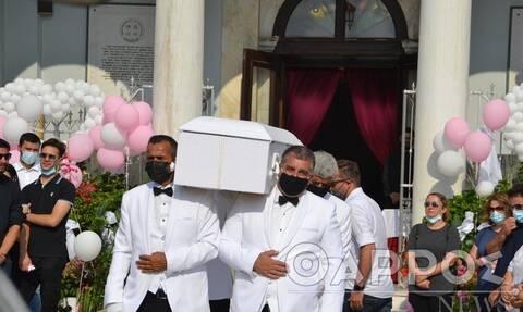 Ράγισαν καρδιές στην κηδεία της μικρής Αναστασίας - Απαρηγόρητη η οικογένεια της Έρρικας Πρεζεράκου