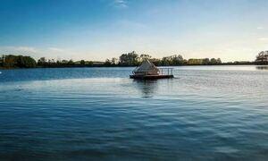 «Κάμπινγκ σε σχεδία», ένα ξενοδοχείο σε λίμνη στη Φλάνδρα