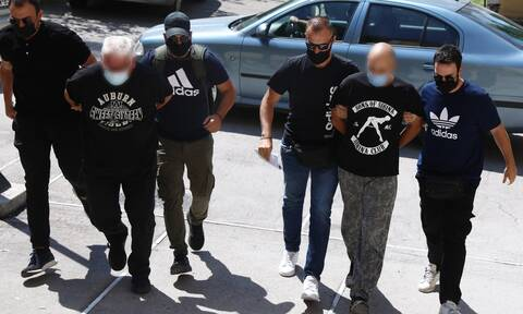 Ηλιούπολη: Απολογούνται ο αστυνομικός και ο πατέρας της 19χρονης - Οι κατηγορίες που αντιμετωπίζουν