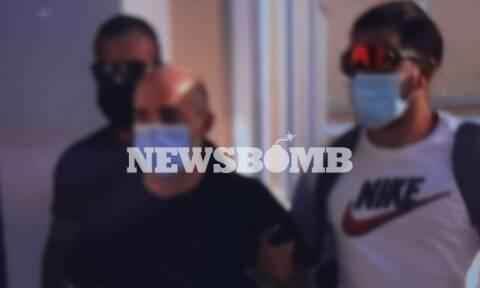 Ηλιούπολη: Από την πίσω πόρτα για να απολογηθούν ο αστυνομικός-προαγωγός και ο πατέρας της 19χρονης