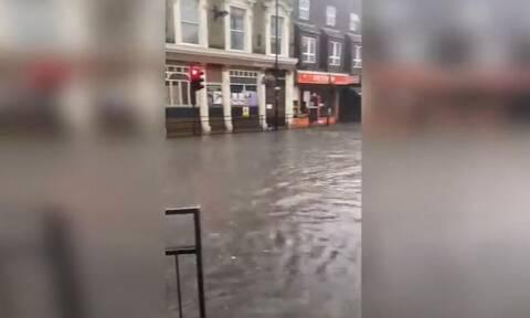 Λονδίνο: Δρόμοι ποτάμια από πρωτοφανείς πλημμύρες- Έπεσε η βροχή ενός μήνα σε ένα 24ωρο