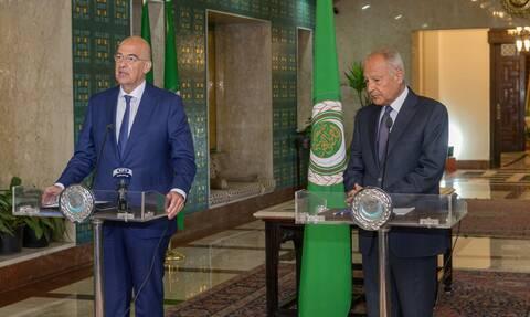 Ιστορικό μνημόνιο συνεργασίας με τον Αραβικό Σύνδεσμο – Ηχηρά μηνύματα Δένδια από το Κάιρο