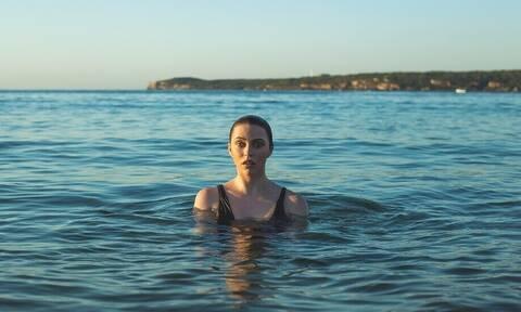 Θάλασσα: Πώς θα καταλάβεις ότι τα νερά που κολυμπάς είναι βρόμικα;