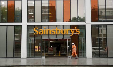 Βρετανία: Τα σουπερμάρκετ Sainsbury's προτρέπουν τους πελάτες τους να συνεχίσουν να φορούν μάσκα