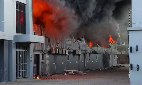Νότια Αφρική: Μητέρα έριξε από το παράθυρο φλεγόμενου κτιρίου το κοριτσάκι της για να σωθεί