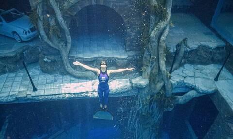 Θα τα χάσεις με τη βαθύτερη πισίνα του κόσμου - Έχει και ναυάγιο στον πάτο!