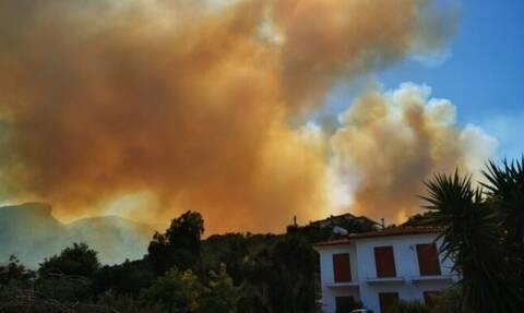 Φωτιά στη Σάμο: «Τα πράγματα δεν είναι εύκολα» λέει ο δήμαρχος – Οι ελπίδες στα 10 εναέρια μέσα