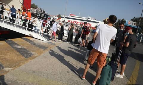Η πρώτη μεγάλη έξοδος: Ουρές στο λιμάνι του Πειραιά - «Δεν πειράζει και να μην χορέψουμε»