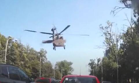 Εντυπωσιακό βίντεο: Στρατιωτικό ελικόπτερο έκανε αναγκαστική προσγείωση σε δρόμο στο Βουκουρέστι