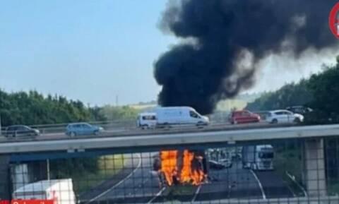 Βρετανία: Έκρηξη νταλίκας που τράκαρε σε σταθμευμένα ΙΧ - Συγκλονιστικό βίντεο